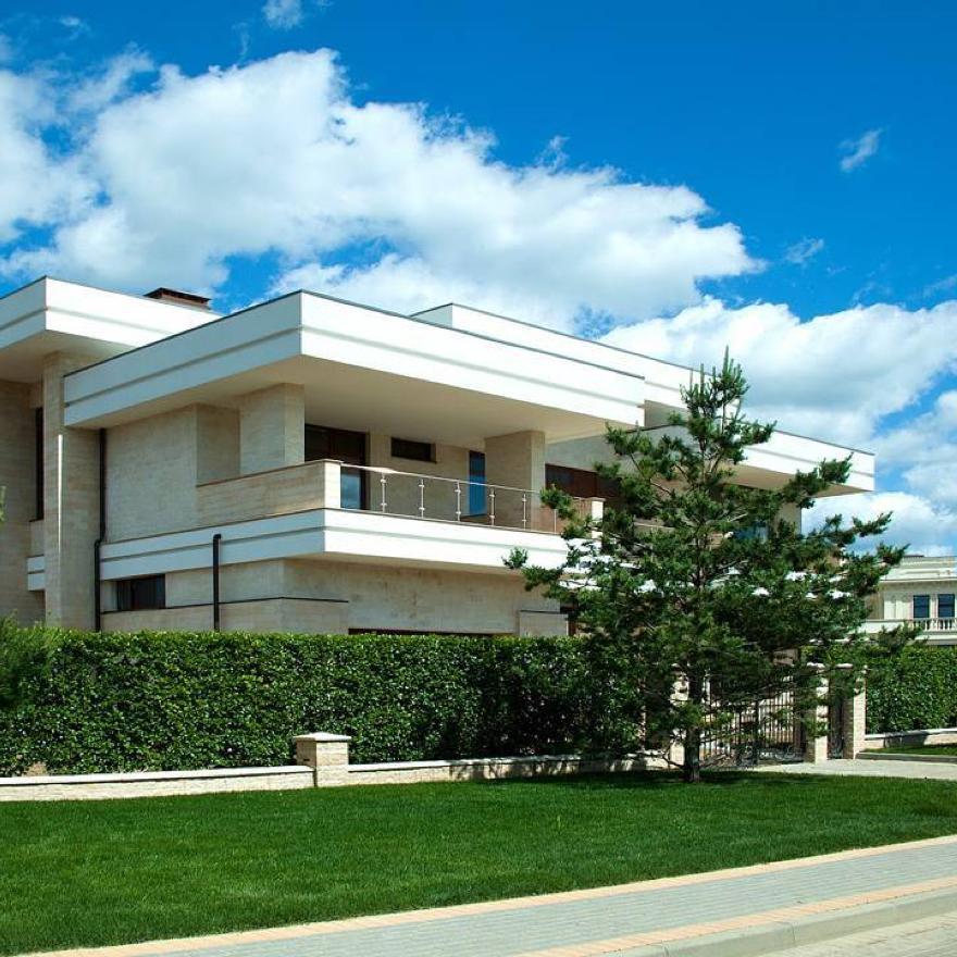 villagioestate Абсолютный комфорт и уют каждый день? Да, если этот загородный дом в «Ренессанс Парке» станет вашим. 512 кв. м, 6 спален. Оригинальная современная архитектура. Открытая планировка и шикарное панорамное остекление.  Вид на парковую зону с озером.  И многое-многое другое! Познакомиться с домом можно уже сейчас: +7 (495) 153-79-43.